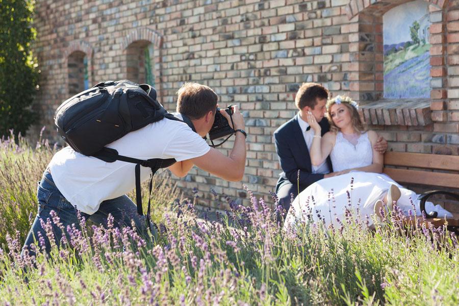 fotograf na sesji ślubnej